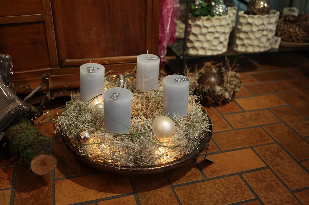 Weinachtsdeko mit Kerzen und Kugeln